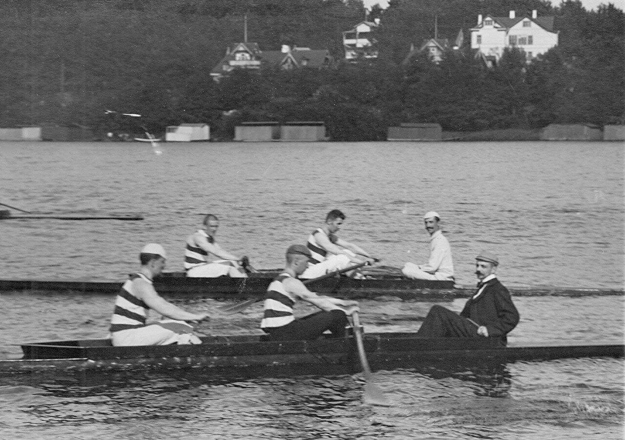 12. Члены кружка Фортуна в лодке на озере во время соревнований