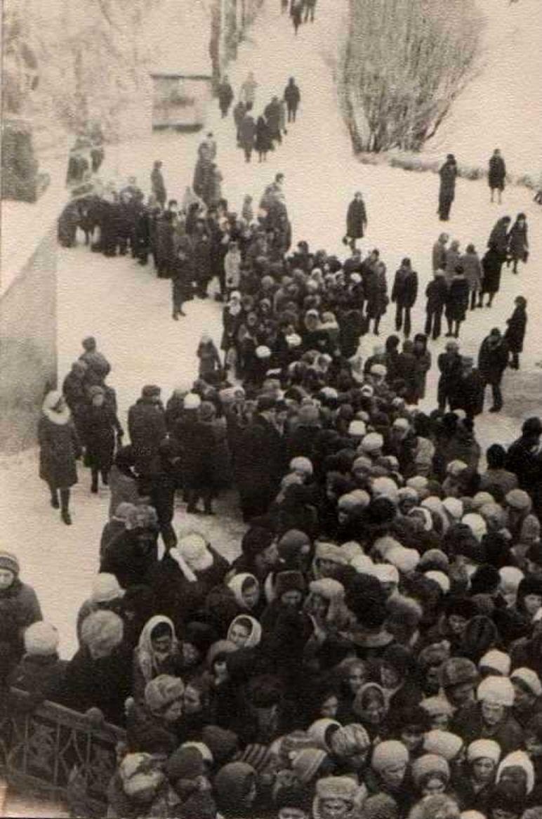 1970. Пушкин. Очередь на выставку Нади Рушевой