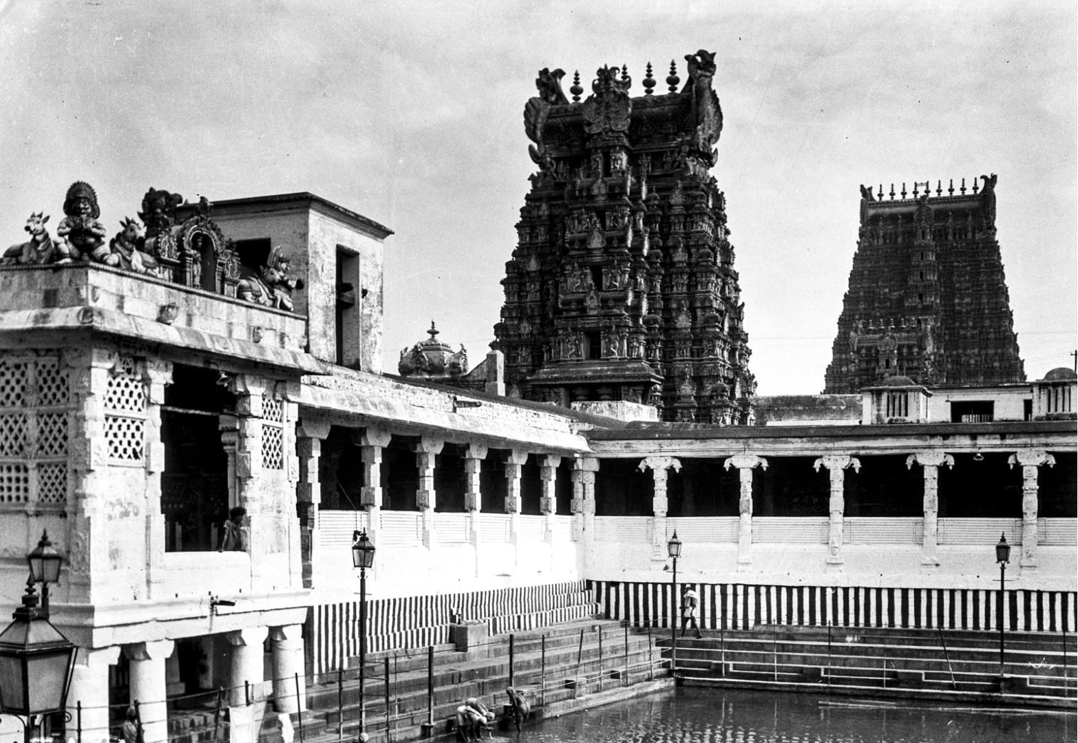 454. Мадурай. Храмовый пруд с Гопурамом храма Минакши