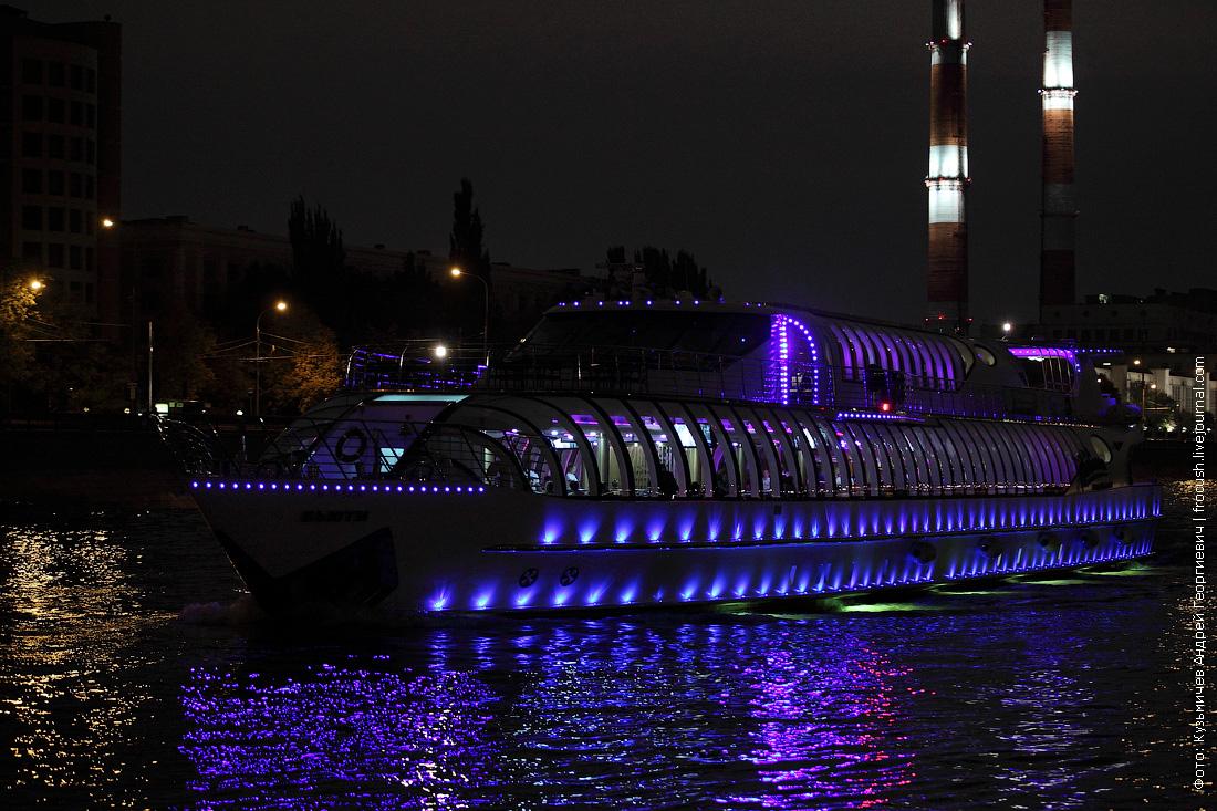 ночная фотография яхта Бьюти