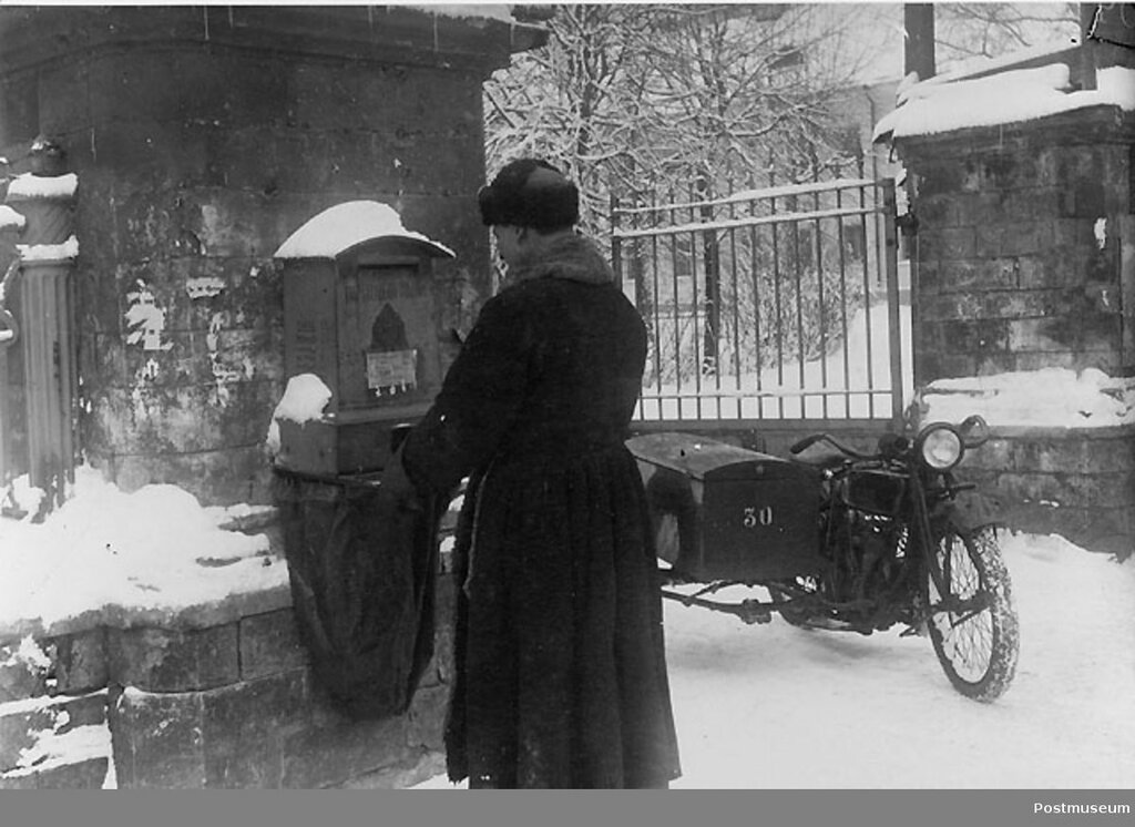 Почтальон на мотоцикле. Ленинград, 1926 г..jpg