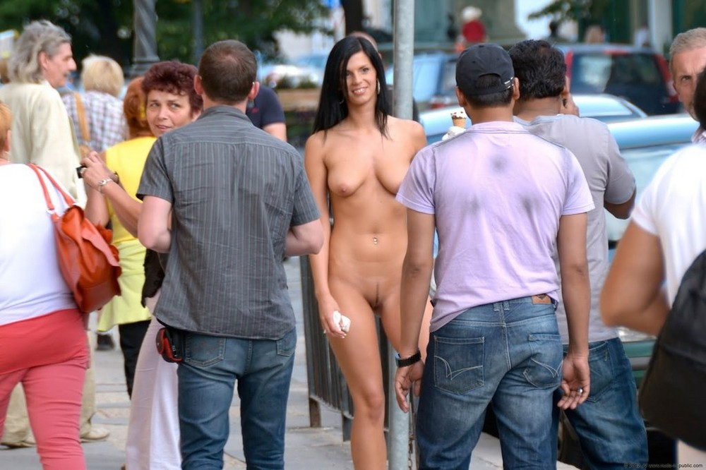 обнаженные девушки на публике фото - 1