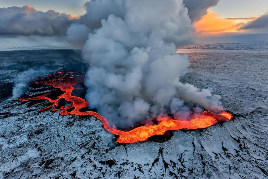 51.Извержение вулкана на плато Холухрёйн в Исландии.