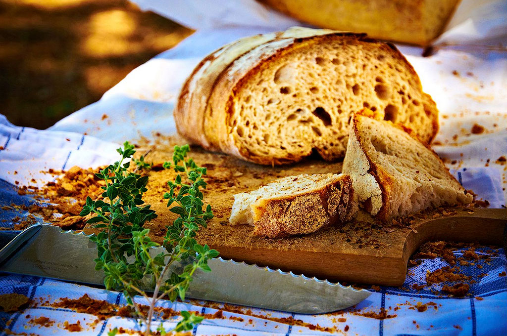 2. Если завернуть черствый хлеб в бумажную салфетку и прогреть его на полной мощности одну минуту, х
