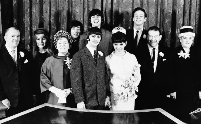 © Eastnews  После регистрации брака вЛондоне в1965году. Слева направо: мистер Кокс (отец но