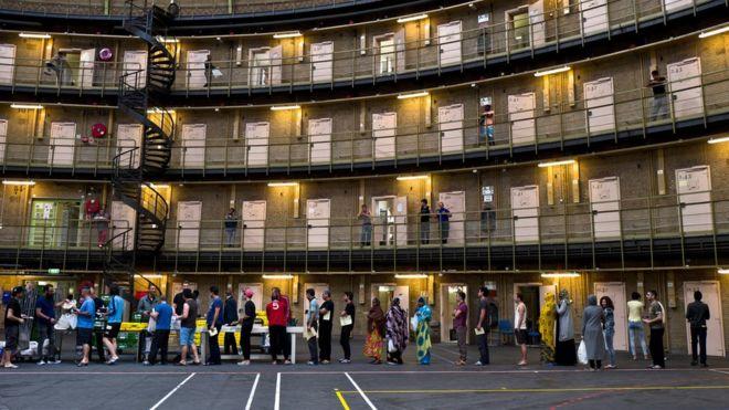 В тюрьме довольно хорошие условия проживания. Здесь есть тренажерный зал и площадка для игры в баске