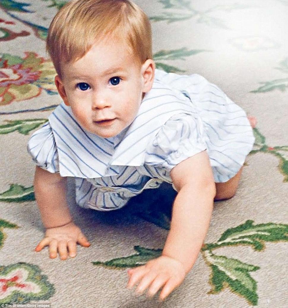 Маленький Гарри ползает по ковру в Кенсингтонском дворце.