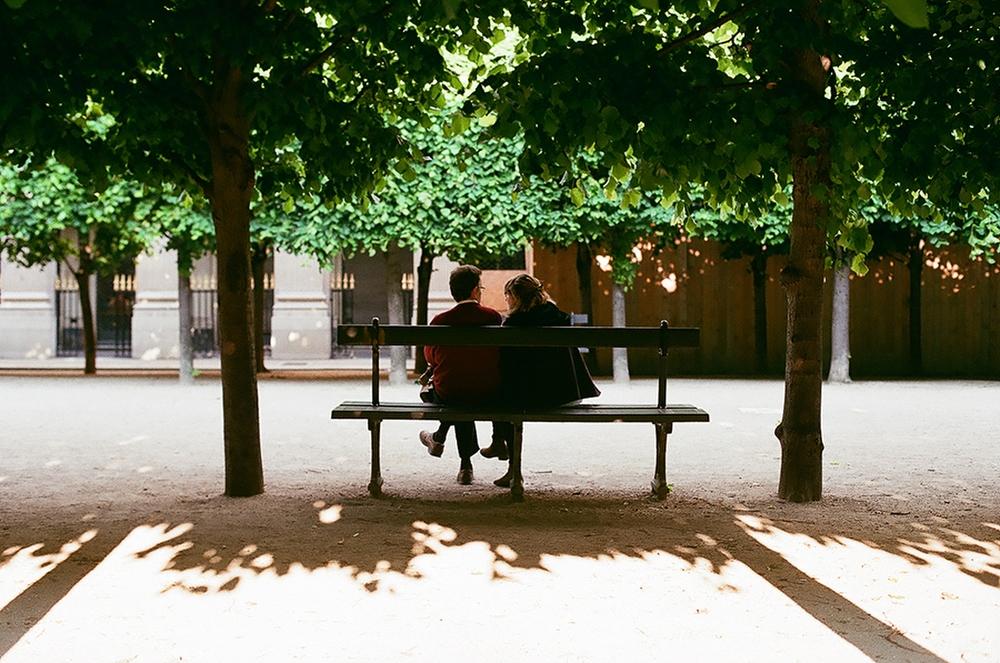 По-моему, это парк Пале-Рояль в Париже. Совершенно обычный для этого города сюжет.