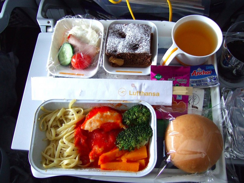Едят ли стюардессы бортовое питание? О да! Все время. Просто представьте себе наши лица стервятников