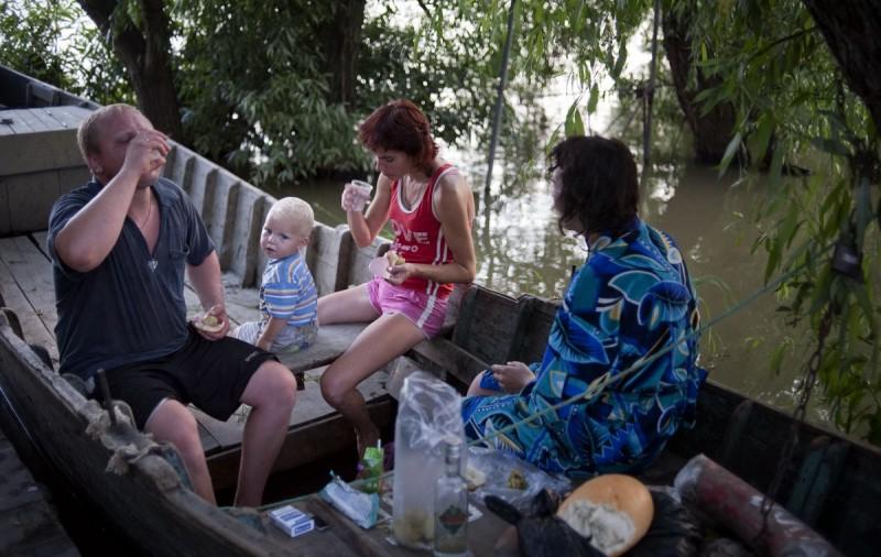 Семья собралась культурно посидеть с водкой в лодке. Благодаря множеству каналов Вилково называют ук
