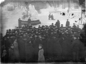Группа мужчин на катке в Юсуповом саду.