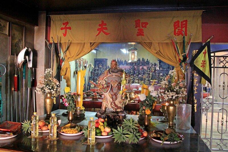 Статуэтки великих воинов внутри китайского храма в Тауапа, Таиланд