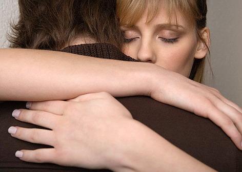 Примирение. Девушка обнимает парня