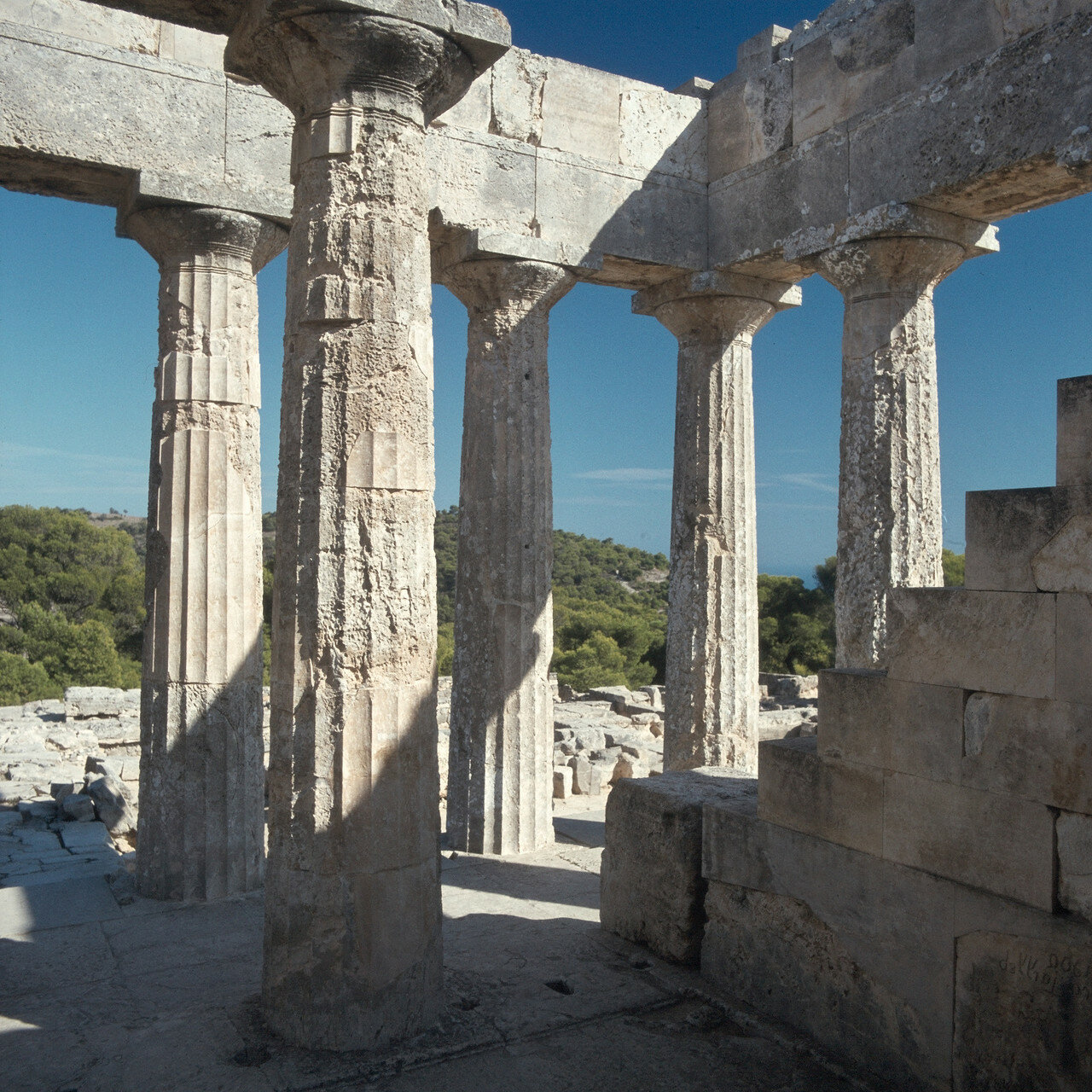 18. Храм на Эгине завершает архаический период и как будто предчувствует некоторые формы следующего, классического периода развития дорических храмов (476–338 гг. до н.э.)