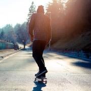 Мужчина на скейте