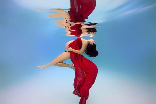 Красивые фотографии беременных женщин под водой. Будущие мамочки ныряют в бассейне