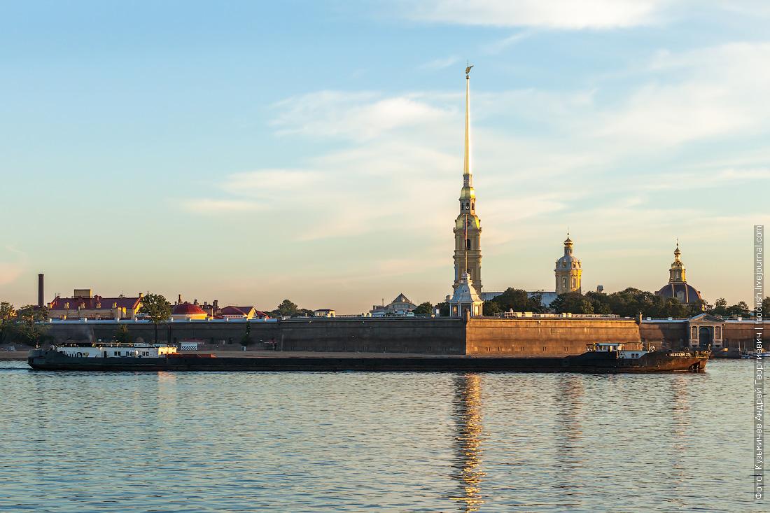 Санкт-Петербург сухогруз Невский-25 на фоне Петропавловской крепости
