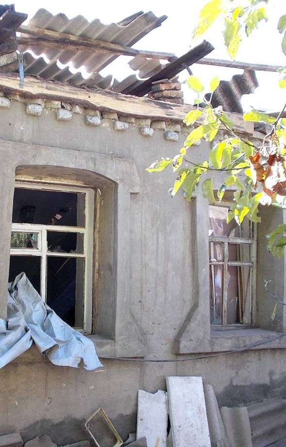 За прошлые сутки Авдеевка пережила 17 обстрелов, опубликованы фото разрушений в частном секторе. ФОТОрепортаж