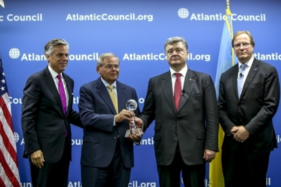 Порошенко получает награду Атлантического совета.png