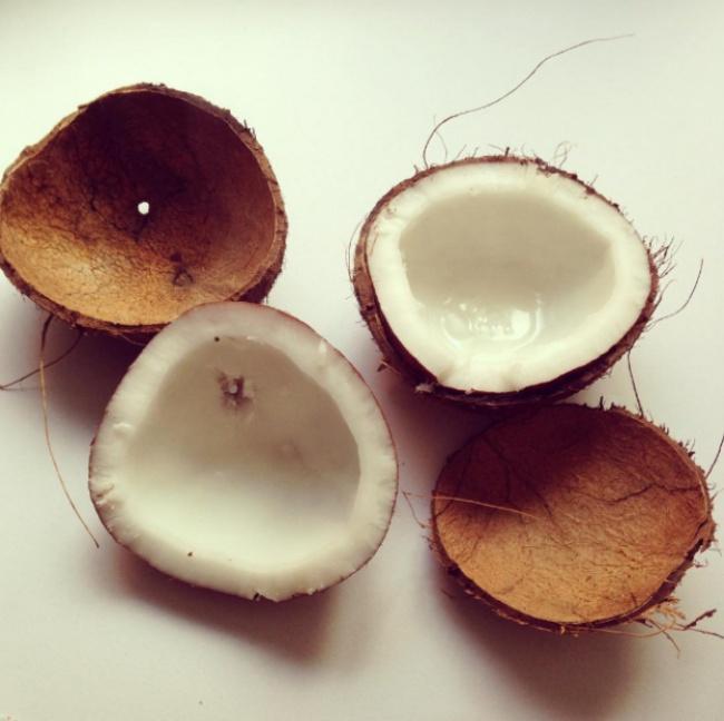 Сверлим отверстие вкокосе исливаем молоко. Кладем кокос вдуховку, разогретую до200°С, че