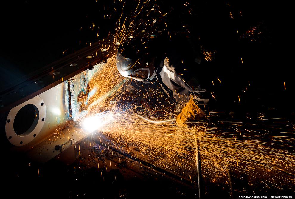 25. Дробеструйная обработка и покраска деталей производится в специальных камерах.