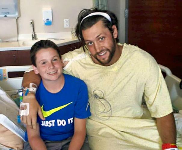 13-летний мальчик спас жизнь своему тренеру, сделав ему искусственное дыхание и вызвав скорую помощь
