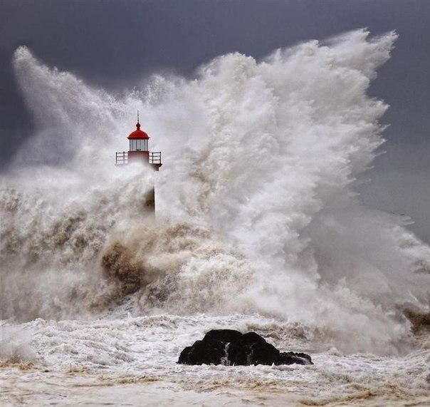 Зрелищные фотографии штормовых волн снятых в Португалии