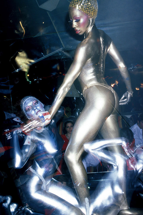 Раскрашенные металлической краской танцоры выступают на сцене дискотеки в Нью-Йорке, 1978 год.