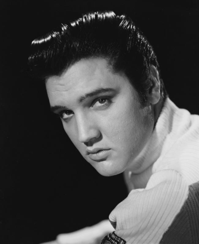 50-е запомнились стилем рокабилли ивысоким сексуальным красавцем Элвисом Пресли, который томно взды