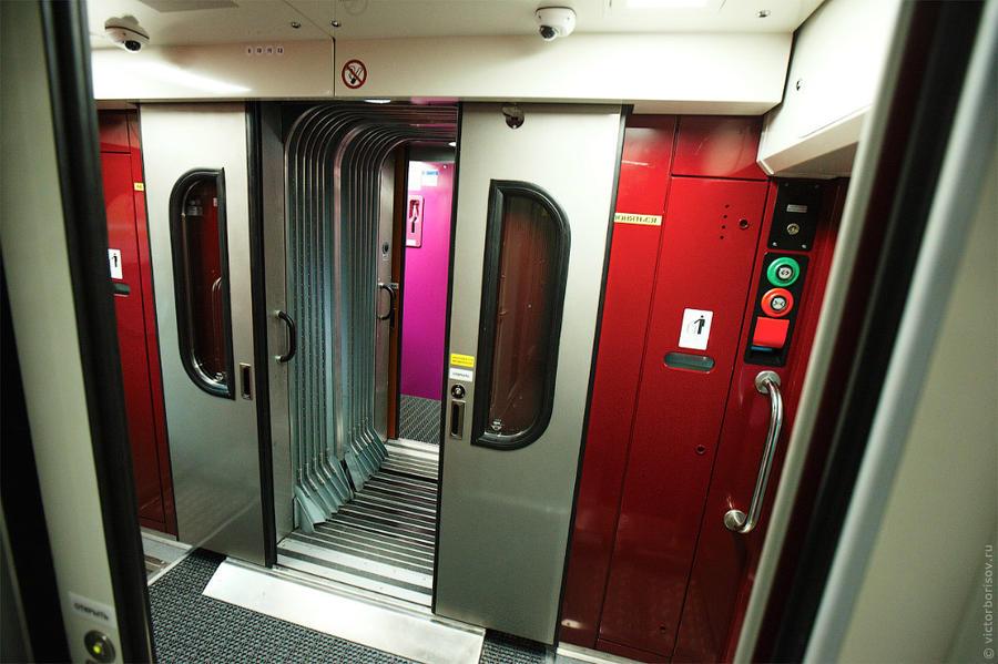 5. Внутри компоновка вагонов похожа на купейные двухэтажные, но были существенно улучшены отделочные