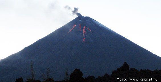 Вулкан Ключевской наКамчатке выбрасывает пепел навысоту 6км
