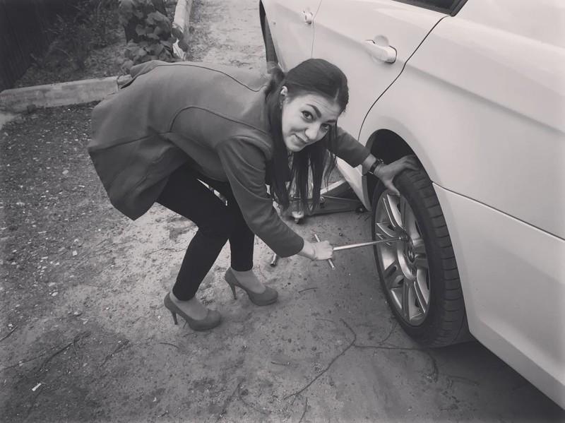 Суперженщина — даже на каблуках может починить машину!