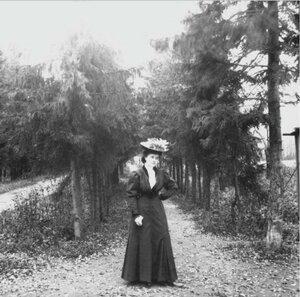 Прогулка в Петровский парк и Соломенную сторожку. «Густя среди еловой аллеи на Башиловке»