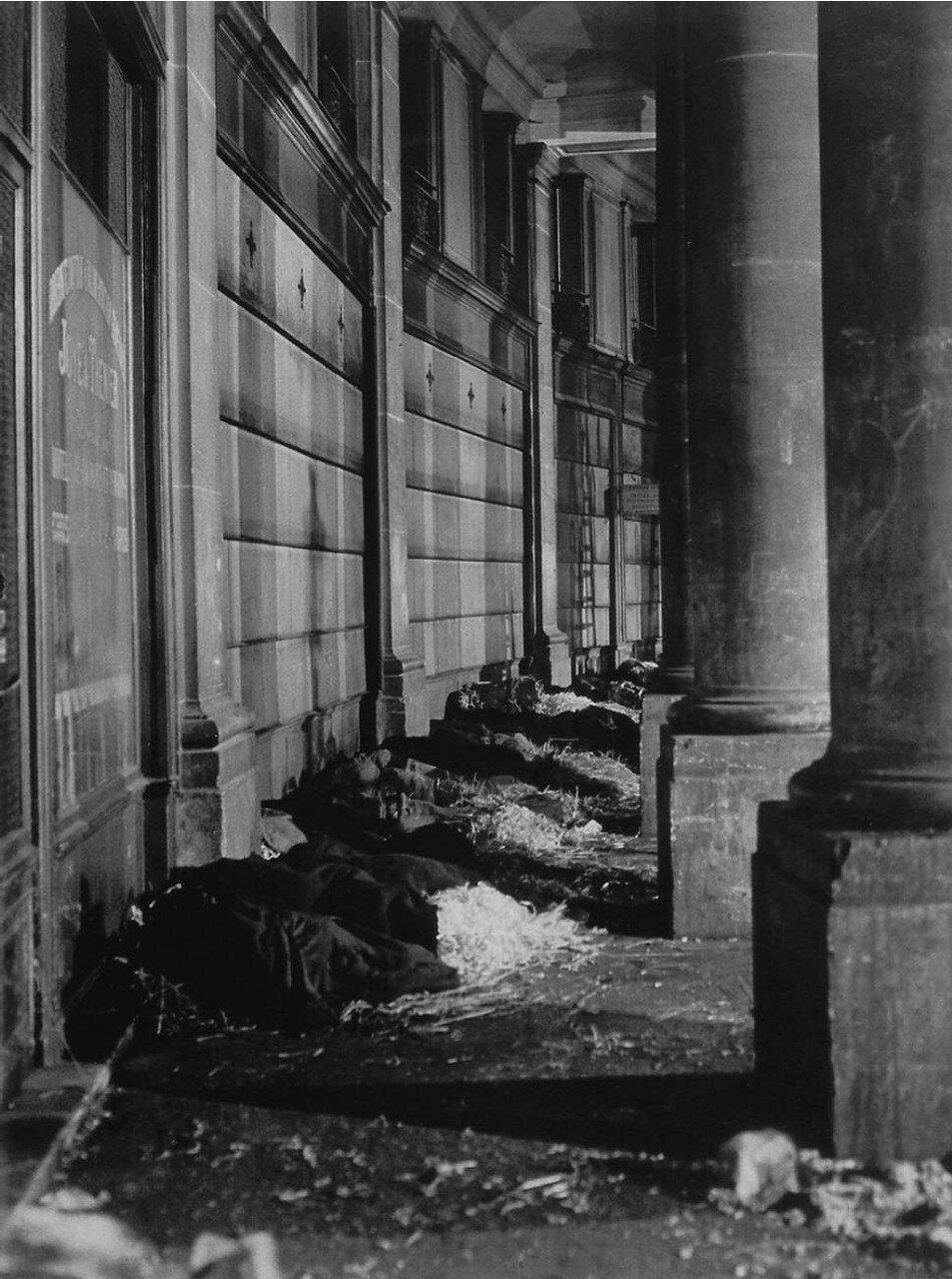 1930. Бомжи возле здания Биржи