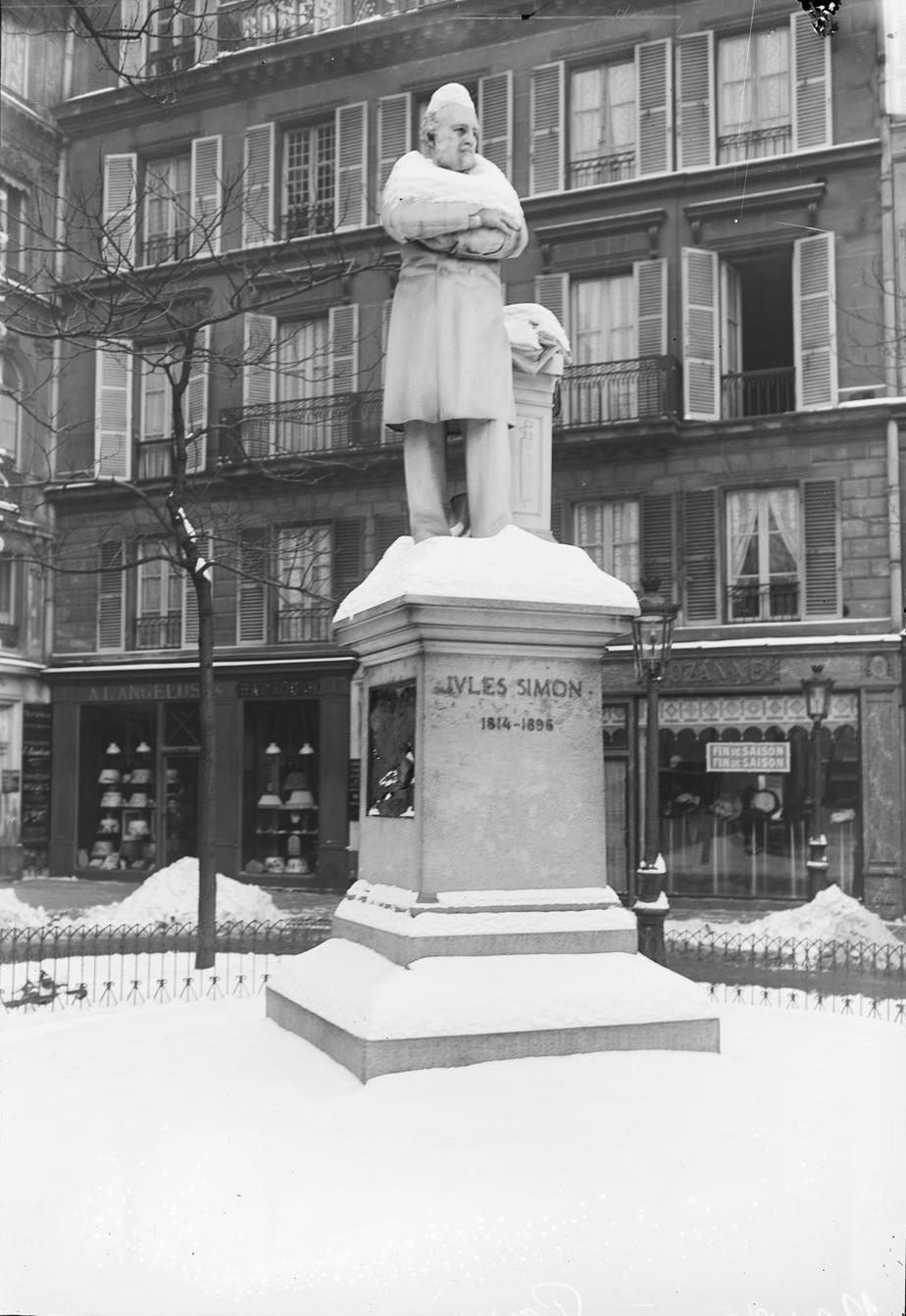 1908. Статуя Жюля Симона в снегу