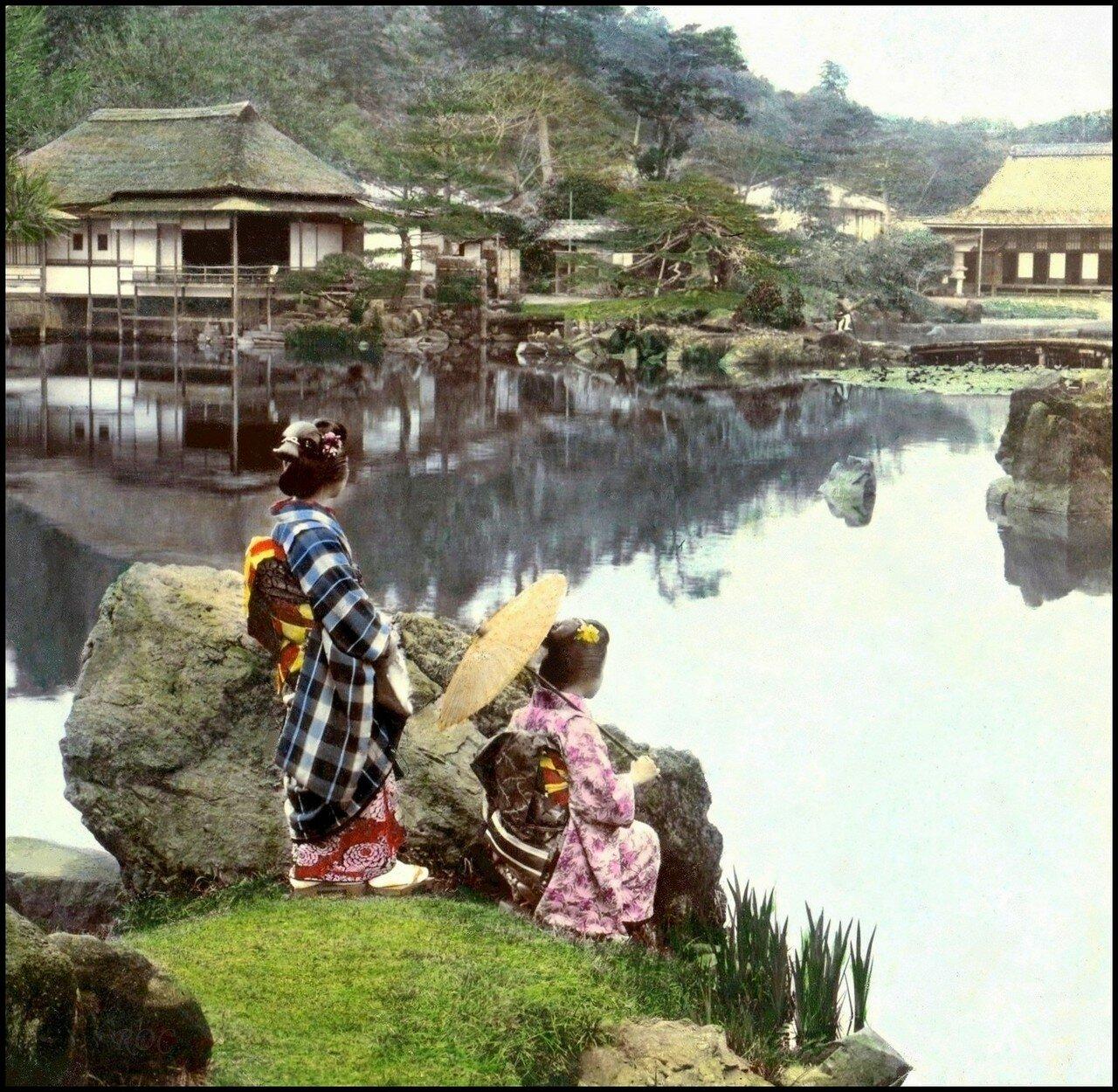 Киото. Две гейши у пруда в парке Хаконе