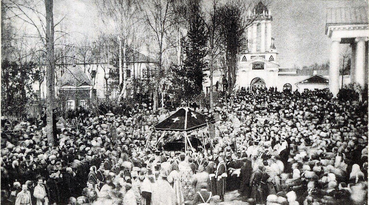 Обнесение вокруг монастыря мощей св. Димиртия Ростовского в день празднования 200-летия его кончины. 28 октября 1909