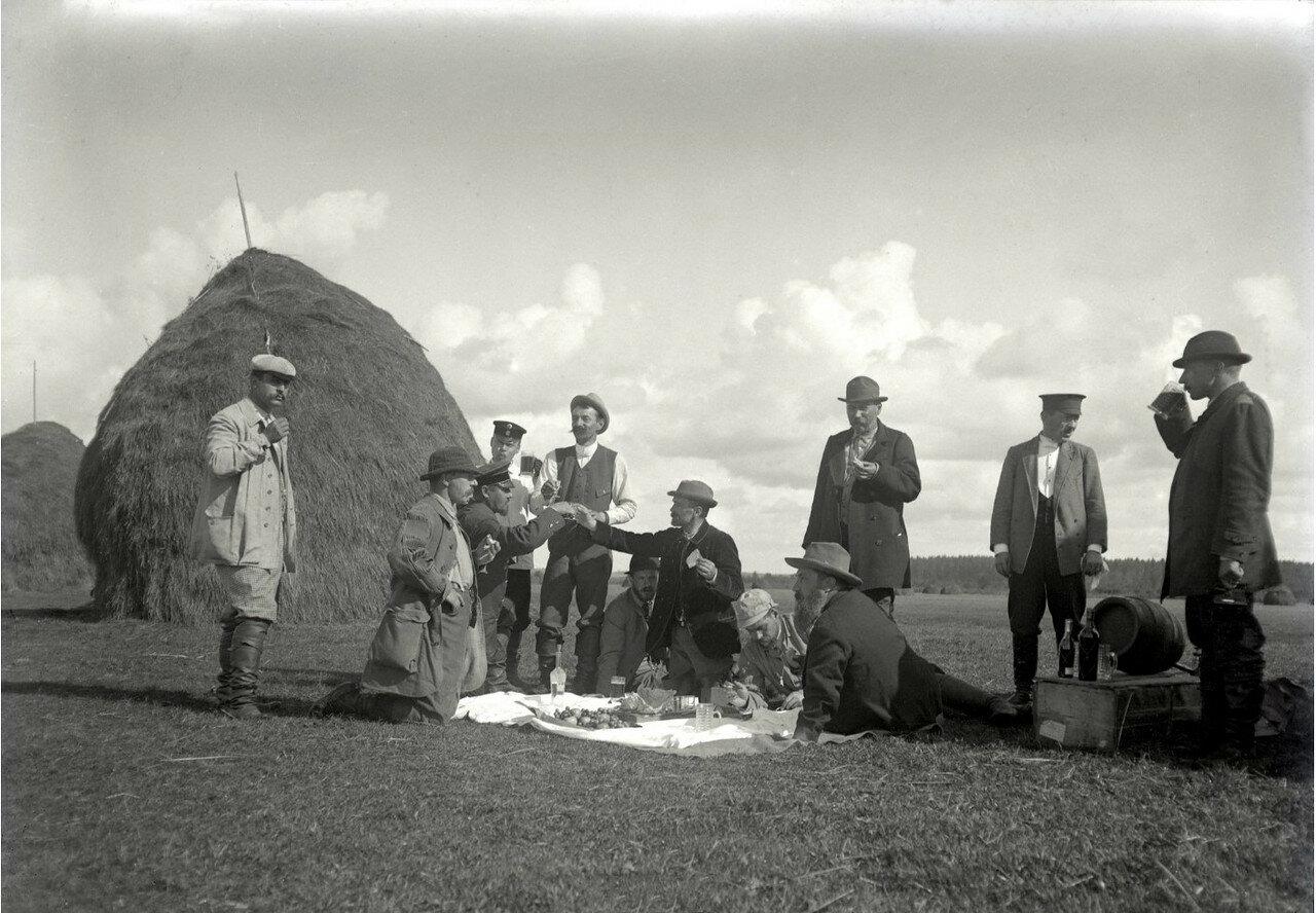 1897. Пикник во время полевых испытаний собак