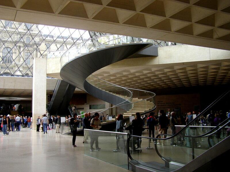 В Лувре в стеклянной пирамиде