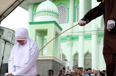 В Индонезии девушку публично выпороли перед мечетью