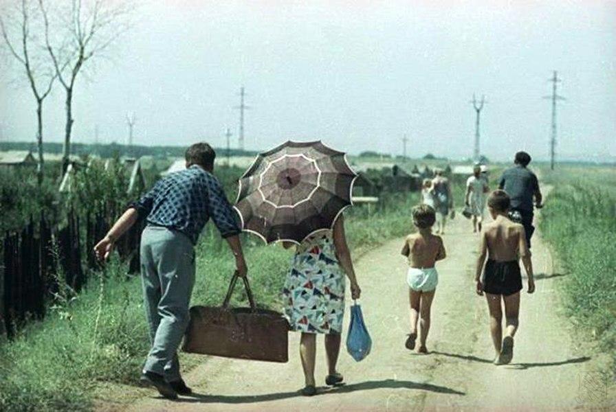 1966 Дачники на грунтовой дороге. Волжский, Всеволод Тарасевич.jpg