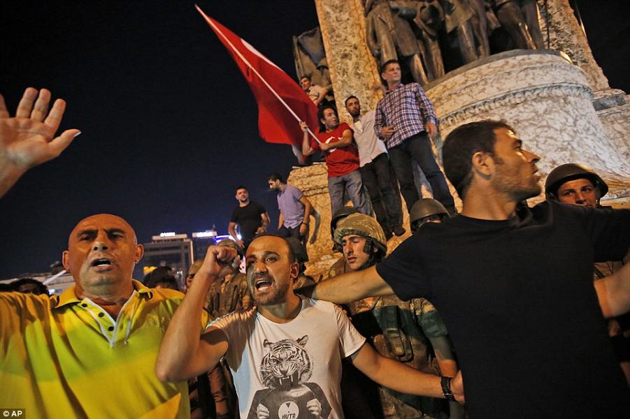 На площади Таксим в Стамбуле.png