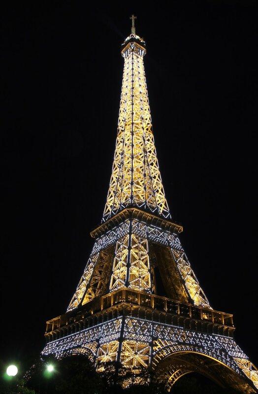 Париж. Вечер у Эйфелевой башни