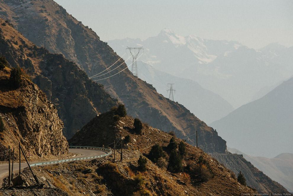 7. Дорога как змея извивалась и все спускалась ниже и ниже к реке Зеравшан. Закладывало уши. Пе