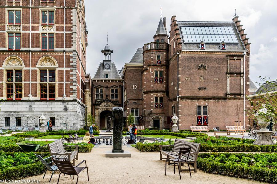 2. Одно из маленьких сокровищ Музейной площади — уютные сады Государственного музея. Вход в ни