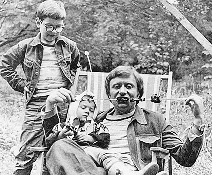 2. Андрей Миронов с дочерью Машей на шашлыках у друзей на даче. 1976 год