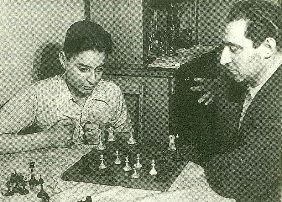 9. Отец и сын Смеховы играют в шахматы, 1953 год