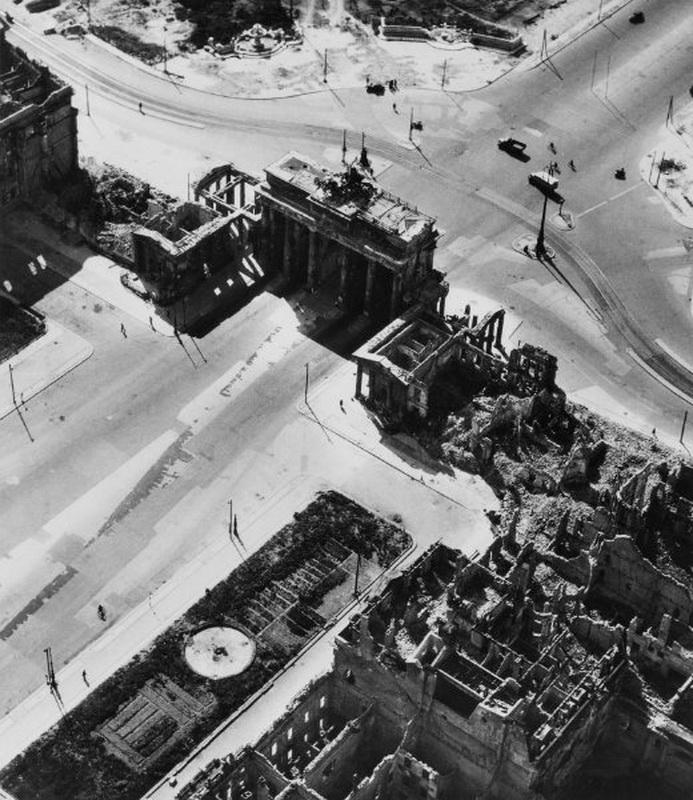 15. Парижская площадь: величественные здания вокруг площади в 0,61 га к востоку от Бранденбургских в
