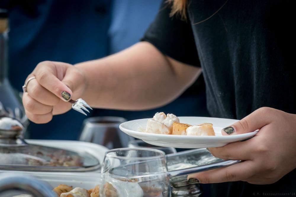 Ингредиенты: морские гребешки оливковое масло спаржа сливки свежий пастернак прованские травы Как эт
