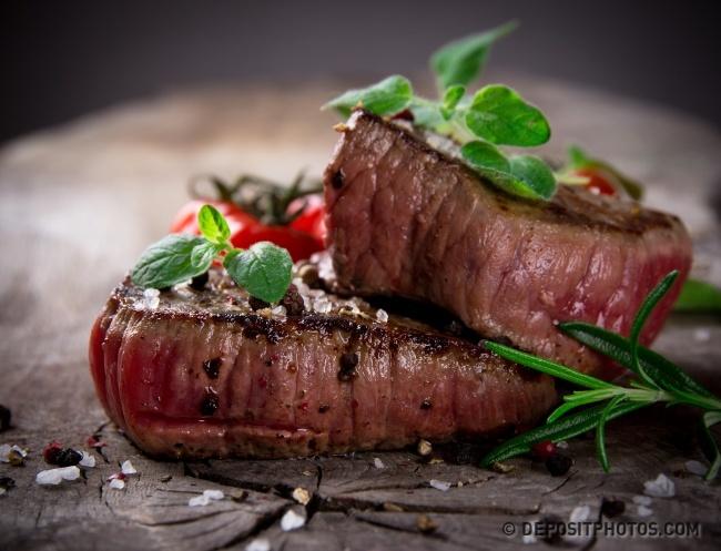© depositphotos.com  Стейк— кусок мяса толщиной от2,5 до5см, обжаренный докорочки сдвух